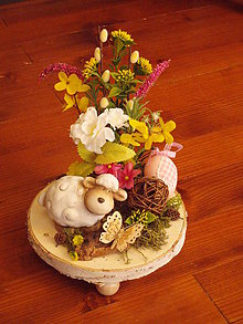 Dekorácie - Veľkonočná dekorácia s ovečkou a motýlikom na dreve - 10414881_
