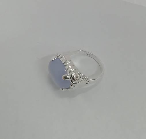 Stříbrný prsten.