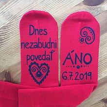 Obuv - Maľované ponožky pre ženícha (červené s modrou maľbou) - 10425738_