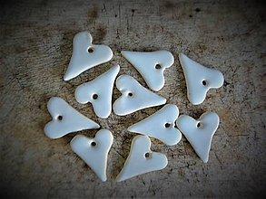 Dekorácie - malinkaté srdiečka v bielom - 10428376_