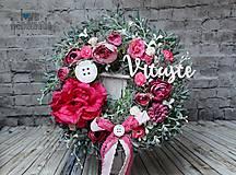 Dekorácie - Celoročný kvetinový veniec s nápisom Vitajte ružový - 10429779_