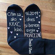 Obuv - Maľované ponožky pre ženícha vo farbách: (biela + ružová) - 10428272_