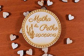 Darčeky pre svadobčanov - Drevená svadobná magnetka ako vyslužka hosťom  157 - 10426440_