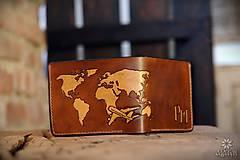 Peňaženky - Kožená peňaženka VI. •Cestovateľ• - 10432045_
