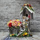 Dekorácie - Rozprávková drevená búdka s chlapcom pestovateľom, ovocím a ružami - 10433152_