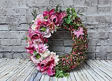 Dekorácie - Venček ružovo-zelený s motýlom priemer cca 25cm - 10433563_