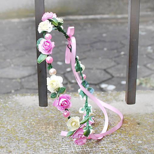 Romantický ružový ružičkový venček s perličkami