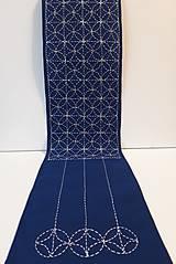 Úžitkový textil - Vyšívaný obrus stredový, Namaľoval Mrázik, - modrý, 20,5 x 138 cm - 10434858_