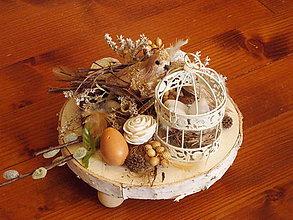 Dekorácie - Veľkonočná prírodná dekorácia s klietkou a vtáčikom na dreve - 10435838_