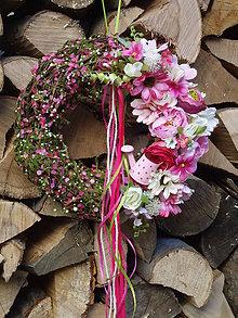 Dekorácie - Jarný cyklamenovo ružový veniec s konvičkou 28cm - 10436078_
