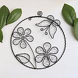 Dekorácie - dekorácia s kvetmi a motýlikom - 10438887_