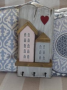 Nábytok - Vešiak s domčekami - 10439423_