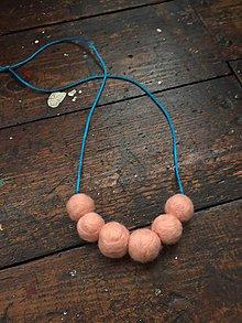 Náhrdelníky - Meruňkové plstěné korále - 10439012_