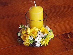 Dekorácie - Jarný žltý svietnik na dreve s vtáčikom so sviečkou - 10440218_