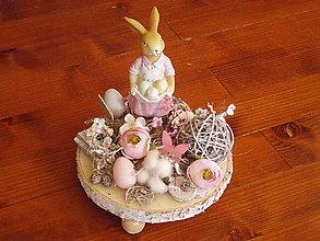 Dekorácie - Vintage veľkonočná dekorácia so zajačikom na drevenom podstavci - 10440245_