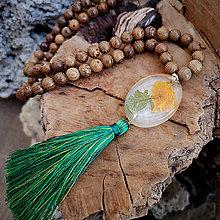 Náhrdelníky - Drevený náhrdelník so živicovým príveskom a strapcom, chirurgická oceľ - 10440709_