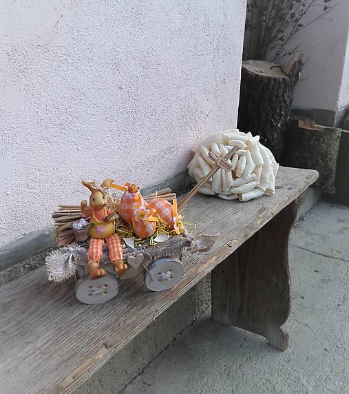 Veľkonočná dekorácia so zajačikom na vozíku