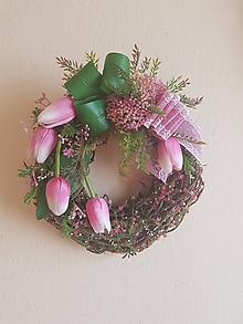 Dekorácie - jarný veniec s ružovými tulipánmi - 10442351_