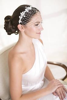 Ozdoby do vlasov - Svadobný závoj na čelenke s čipkou - 10443272_