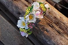 Kvetinová čelenka s ružovým nádychom
