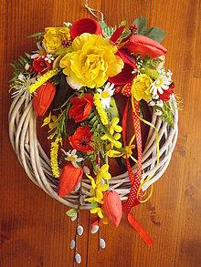 Dekorácie - Jarný žlto-červený veniec s tulipánmi 35cm - 10448635_