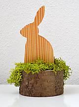 Dekorácie - Malá veľkonočná dekorácia-Zajko na pníku - 10449957_