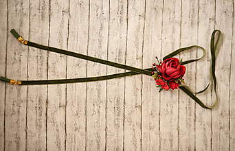 Náhrdelníky - 2 v 1 retiazka s kvetinovou brošňou - červená varianta s olivovou stužkou - 10451025_