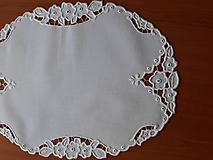 Úžitkový textil - Vyšívané prestieranie - richelieu - Tri kvety, biela, 48 x 36,5 cm - 10450317_
