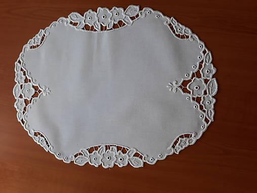 Vyšívané prestieranie - richelieu - Tri kvety, biela, 48 x 36,5 cm
