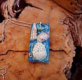 Živicový náhrdelník s mušľami, modrý, chirurgická oceľ