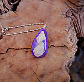 Náhrdelníky - Živicový náhrdelník s mušľami,fialový, chirurgická oceľ - 10451669_