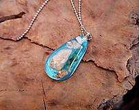 Náhrdelníky - Živicový náhrdelník s mušľami,modrý, chirurgická oceľ - 10451824_