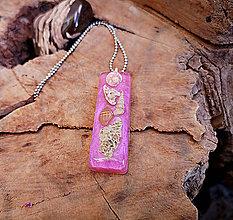 Náhrdelníky - Živicový náhrdelník s mušľami,ružový, chirurgická oceľ - 10451508_