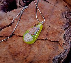 Náhrdelníky - Živicový náhrdelník s mušľami,žltý, chirurgická oceľ - 10451681_