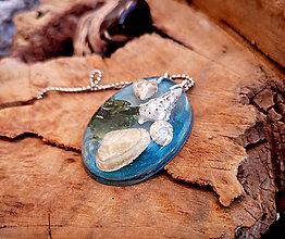 Náhrdelníky - Živicový náhrdelník s mušľami, modrý, chirurgická oceľ - 10451724_