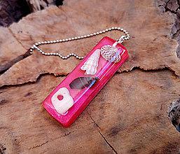 Náhrdelníky - Živicový náhrdelník s mušľami, červený, chirurgická oceľ - 10451761_