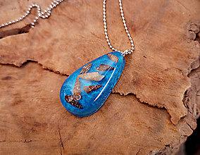 Náhrdelníky - Živicový náhrdelník s mušľami,modrý, chirurgická oceľ - 10451803_