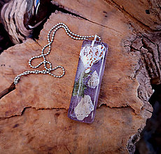 Náhrdelníky - Živicový náhrdelník s mušľami, fialový, chirurgická oceľ - 10451814_