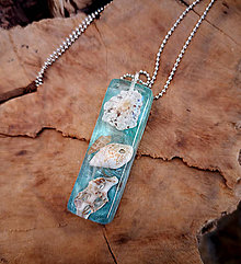 Náhrdelníky - Živicový náhrdelník s mušľami, zeleno-modrý, chirurgická oceľ - 10451827_