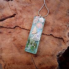 Náhrdelníky - Živicový náhrdelník s mušľami, zelený, chirurgická oceľ - 10452024_