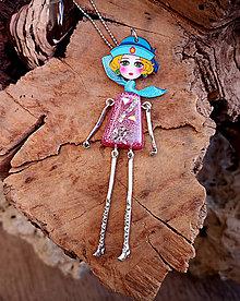 Náhrdelníky - Živicový náhrdelník bábika, ružový, chirurgická oceľ - 10452042_