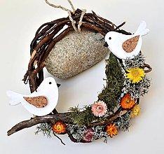 Dekorácie - Prírodný veniec-Vtáčiky na konári - 10454241_