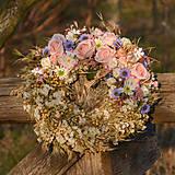 Dekorácie - Prírodný venček s ružovými ružami - 10456457_