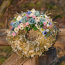 Dekorácie - Prírodný venček s modrými ružičkami - 10456477_