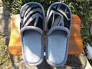 Obuv - Šedé papuče s čiernym vzorovým lemom - 10455240_