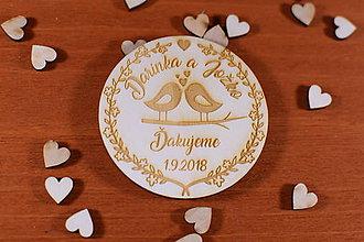 Darčeky pre svadobčanov - Drevená svadobná magnetka ako vyslužka hosťom  163 - 10454180_