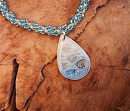 Náhrdelníky - Živicový náhrdelník s rybkou modrý, šitý - 10454729_