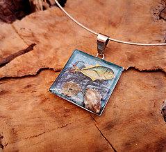 Náhrdelníky - Živicový náhrdelník s mušľami a rybkou - 10454822_