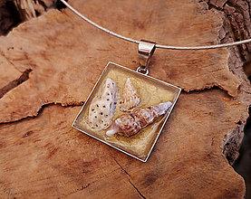 Náhrdelníky - Živicový náhrdelník s mušľami a kamienkami, zlatý - 10454852_