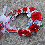 Svadobná parta z červených ruží s margarétkami a nezábudkami